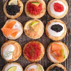 Mini blinis con crema de raifort y caviar