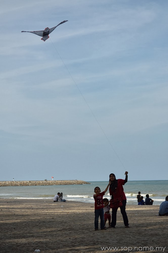 Bermain layang-layang di Pantai Batu Buruk