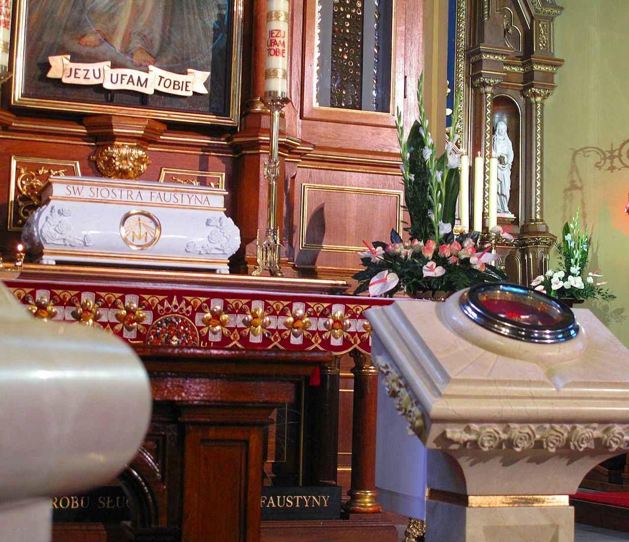Urna e relíquia de Santa Faustina. Santuário da Divina Misericórdia, Cracóvia, Polônia.