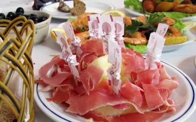 Prato de melão com presunto espetados, azeitonas e camarão
