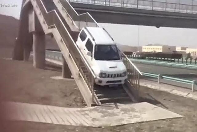 Lỡ mất chỗ quay đầu, tài xế Suzuki Jimny leo cầu vượt dành cho người đi bộ để sang đường