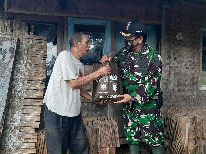 Ketua Harian Satgas Citarum Didampingi Dansektor 7 Bagikan 150 Sembako Pada Warga Terdampak Covid-19.