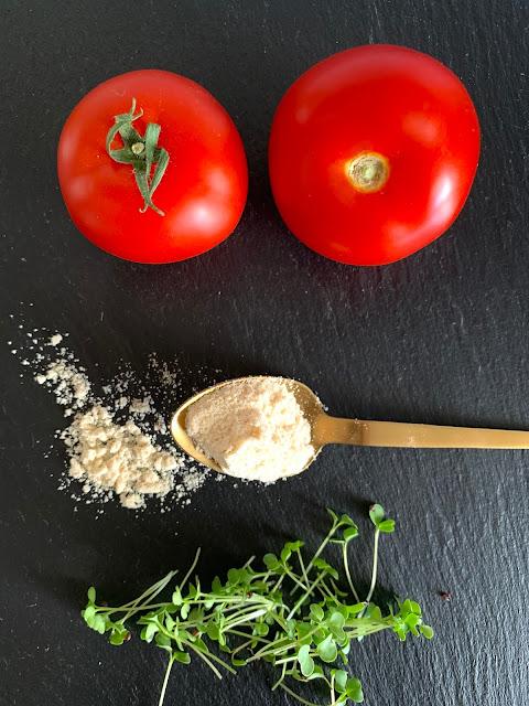 Tomaten-Körbchen mit Microgreen-Püree #Rezept #glutenfrei #vegan, rohkost, Kokosmehl, Mandelmilch, Snack, schnell und einfach,