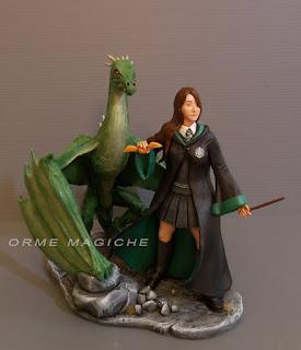 statuette action figure su commissione ragazza serpeverde con drago orme magiche
