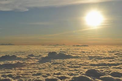 lautan awan  di lereng  gunung lawu