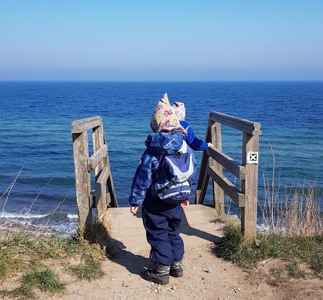 Küsten-Spaziergänge rund um Kiel, Teil 1: Die Steilküste bei Stohl. Die Treppe zum Strand ist auch für Kinder gut zu schaffen.