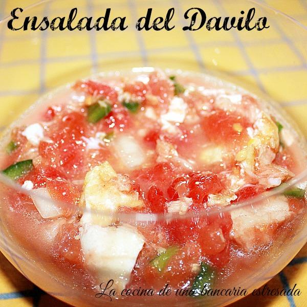 Receta de ensalada de tomate en lata, pimientos, atún, cebolla y huevo frito