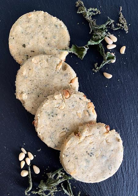 knusprig Brennnessel-Cracker mit Pinienkernen, Rezept, glutenfrei, vegan, schnell, einfach, Minimalismus, Backrezept, Backofen, Snack, Kräuter, Nüsse