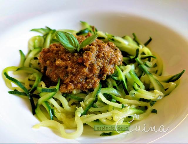 Espaguetis de carbassó, calabacín, cuina casolana, spaguetti, Pesto, tomàquets secs,  l'essencia de la cuina, blog de cuina de la sonia