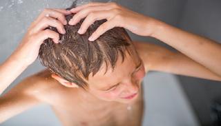 Ο γιος μου είναι 14 ετών και τον κάνω εγώ μπάνιο ακόμα. Κακό είναι;