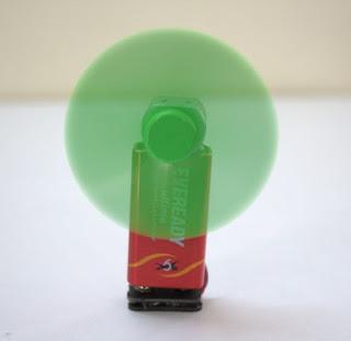 Kipas angin mini dari baterai bekas