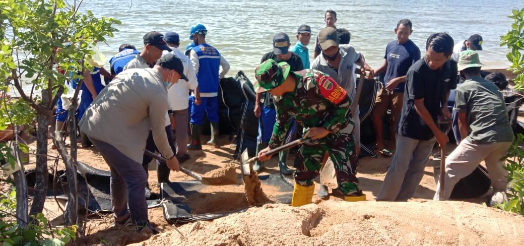 Jumat Bersih, Babinsa Desa Cemaga Tengah Gotong Royong Bersama Warga Menimbun Pantai Yang Kena Abrasi