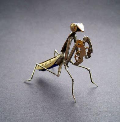 Insecto robot casero hecho con material reciclado de relojes