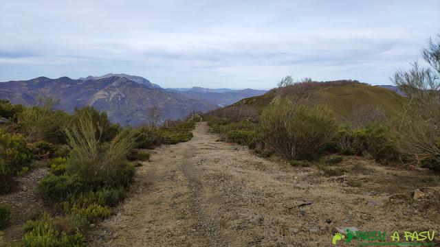Camino al Curuchu Braña por el Cordal de Llanos de Somerón