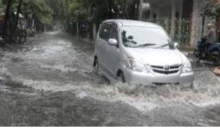 Tips Berkendara Melintasi Banjir