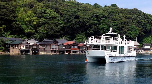 建物と海が繋がった珍しい建築、舟屋、遊覧船