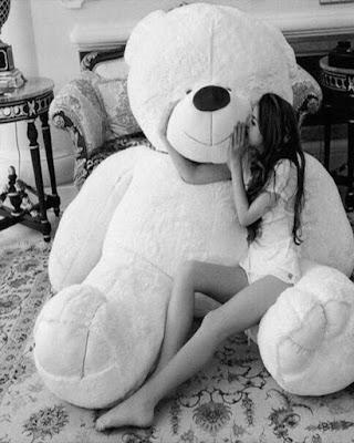 foto besando oso de peluche gigante