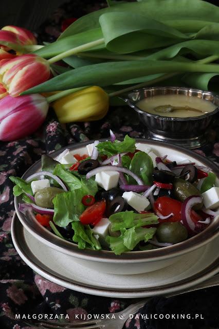 Kolorowa sałatka z kaparami, oliwkami, fetą z sosem vinaigrette