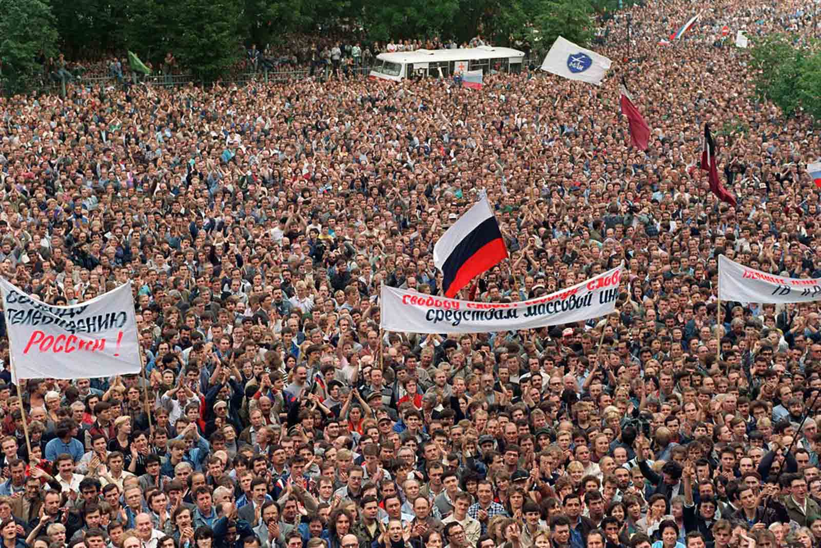 Over 50,000 people ignore a declared state of emergency and gather in front of the Russian parliament building in order to support Boris Yeltsin, on August 20, 1991.