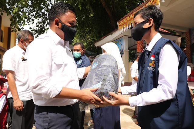 Bupati Ilham Azikin Kembali Salurkan Perlengkapan Sekolah Gratis