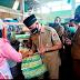 Kendalikan Limbah Sampah Plastik, Wako Mahyeldi Bagikan 200 Keranjang Daur Ulang di Pasar Alai