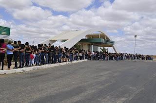 Estudantes do IFPB Picuí promoveram abraço simbólico na instituição contra a PEC 55 (antiga PEC 241)