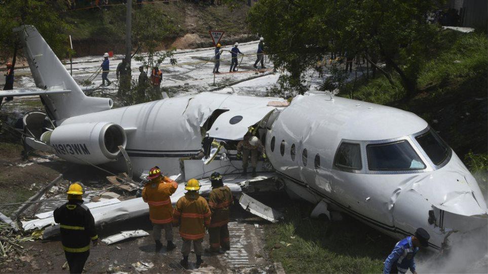 Ιδιωτικό αεροσκάφος συνετρίβη και κόπηκε στη μέση στην Ονδούρα – Έξι τραυματίες (βίντεο)