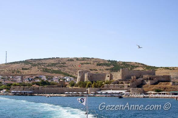 Bozcaada feribotundan Bozcaada ve kalesinin güzel manzarası