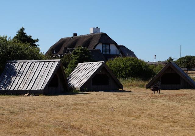 Rund um den Ringkøbing Fjord, Teil 2: Der Hafen und der Leuchtturm von Nørre Lyngvig. Der Shelterplatz am Hafen besteht aus einzelnen Hütten, in denen man in der Natur übernachten kann.