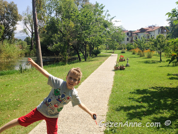 çocuğum otelin bahçesinde dolaşırken, Yonca Lodge Yanıklar Fethiye