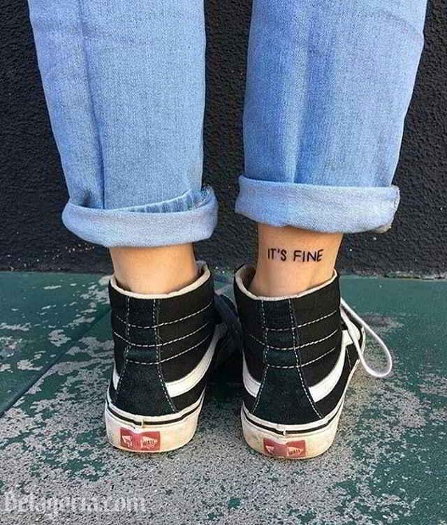 una chica con tatuajes sencillos
