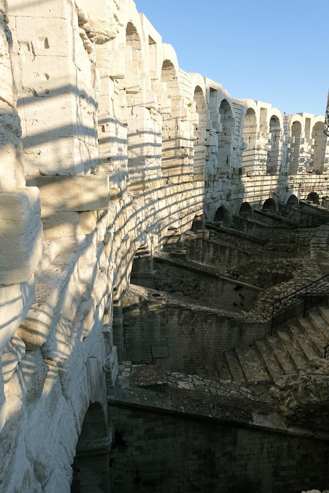 アルルの円形闘技場 L'Amphithéâtre (les arènes)