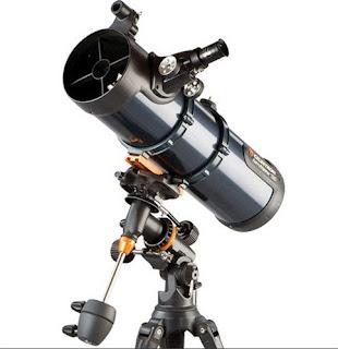 Imagen con fondo blanco del telescopio para principiantes Celestron AstroMaster 130EQ-MD