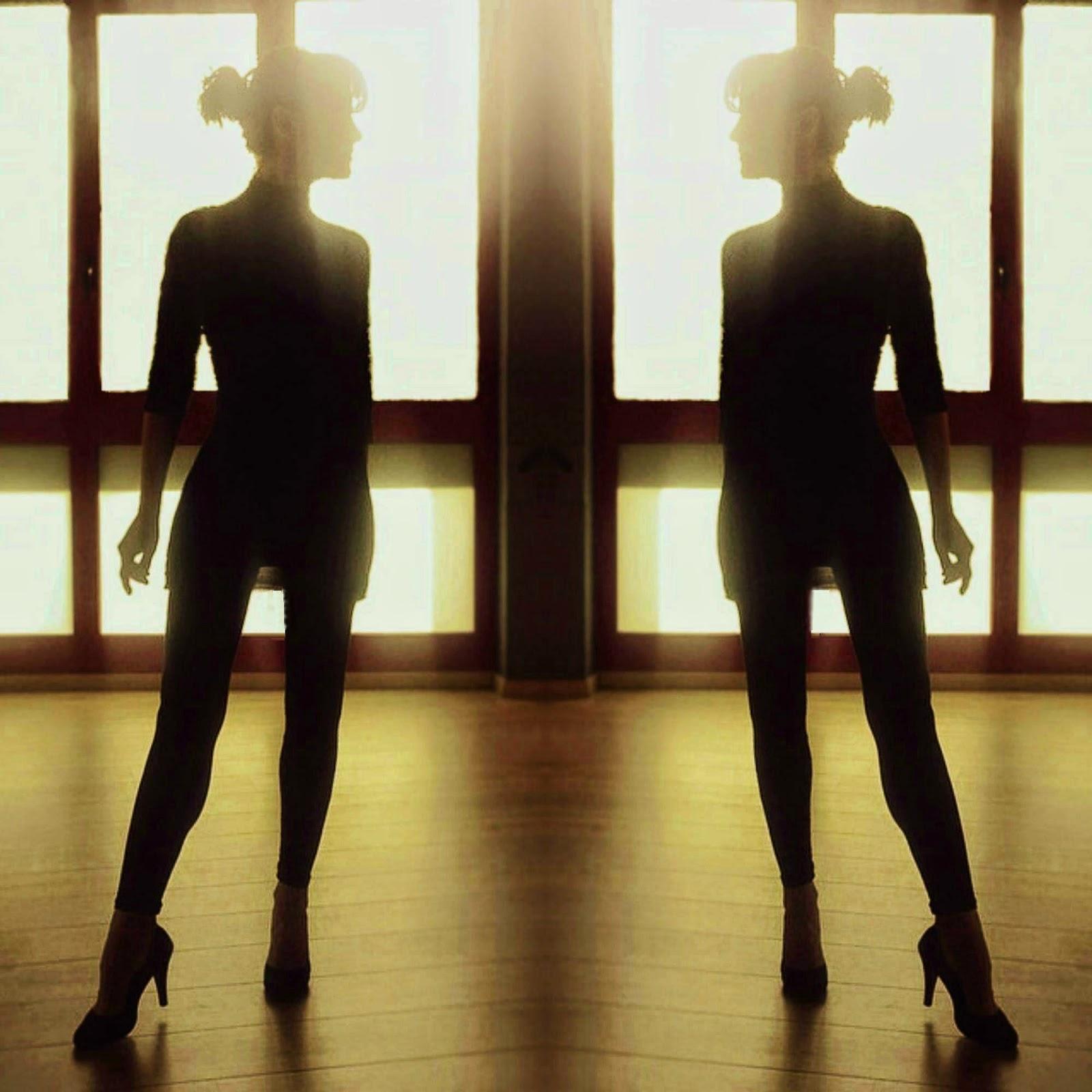 foto di donna in controluce allo specchio