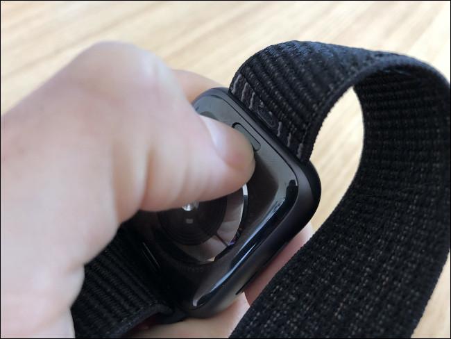 قم بإزالة Apple Watch Band باستخدام الأزرار الموجودة خلف الساعة