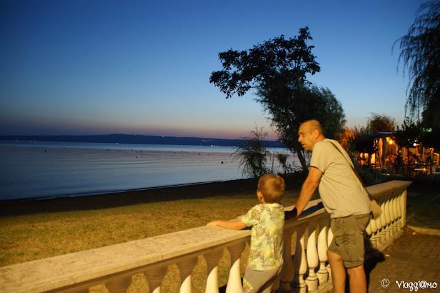 Il lungo lago di Bolsena di sera