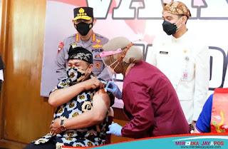 Kapolri Tinjau Vaksinasi di Pendapi Gedhe Balaikota Surakarta