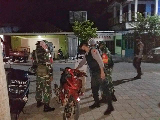 Anggota TNI-Polri Patroli Imbau Warga Taliwang Tidak Berkumpul dan Keliaran