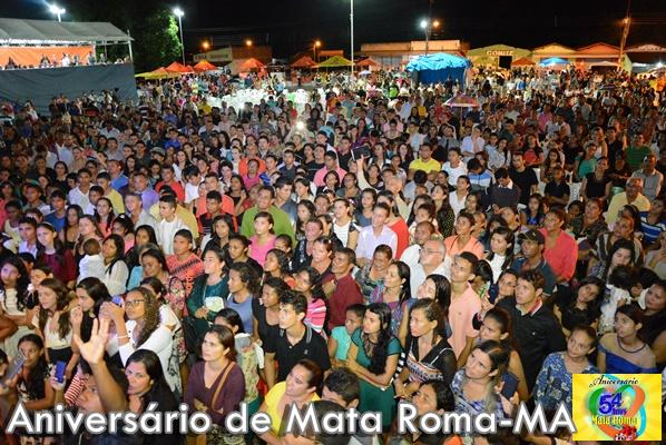 Pastor Samuel Mariano canta para uma multidão de pessoas na noite gospel do aniversário de Mata Roma.