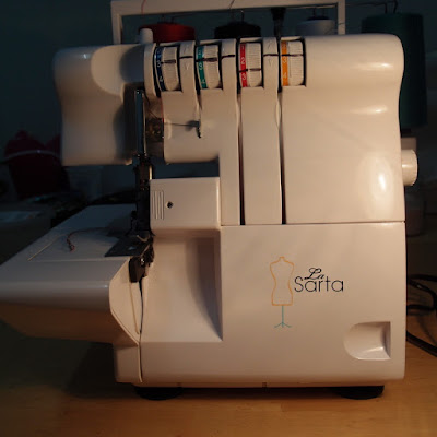 eight acres: how to thread an overlocker (La Sarta)