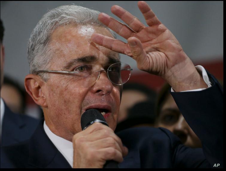El expresidente y senador Álvaro Uribe es la cabeza del partido al que pertenece el actual mandatario, Iván Duque / AP