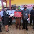 Bupati Landak Menyerahkan Langsung Bantuan Langsung Tunai di Desa Amboyo Utara