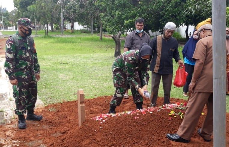 Pasipers Kodim 0410/KBL Mayor Chk (K) Hastuti, S.H., M.H., menghadiri prosesi pemakaman Jenazah Veteran almarhum Kopda (Purn) Kaharudin Siregar