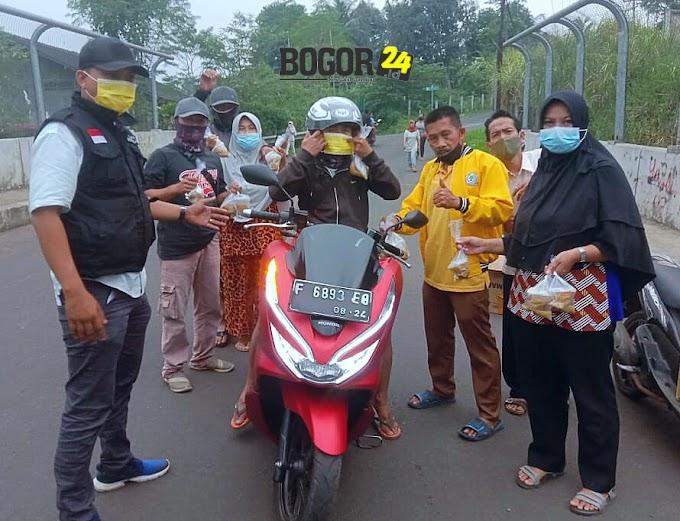 Bersama Pengurus, Ketua LPM Bojongkerta Bagikan Masker dan Takjil