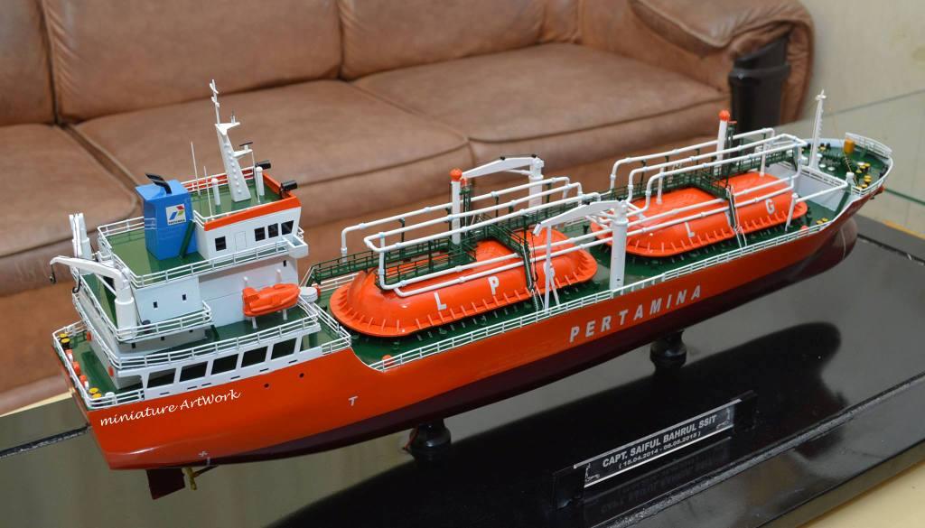 miniatur kapal liquefied petroleum gas lpg tanker gas arar milik pt pertamina jakarta indonesia