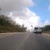 Vídeo impressionante mostra o momento exato acidente entre moto e van na BR-406