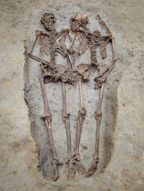 «Εραστές της Μόντενα»: Ερευνητές ανακάλυψαν πως οι σκελετοί ανήκουν σε άνδρες