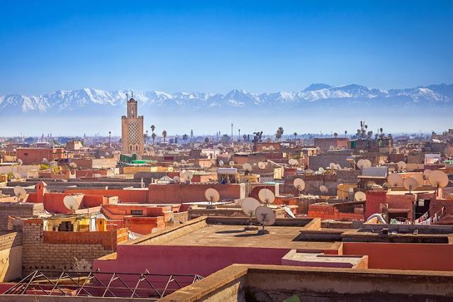 Madinah Marrakesh dengan Pegunungan Atlas di kejauhan