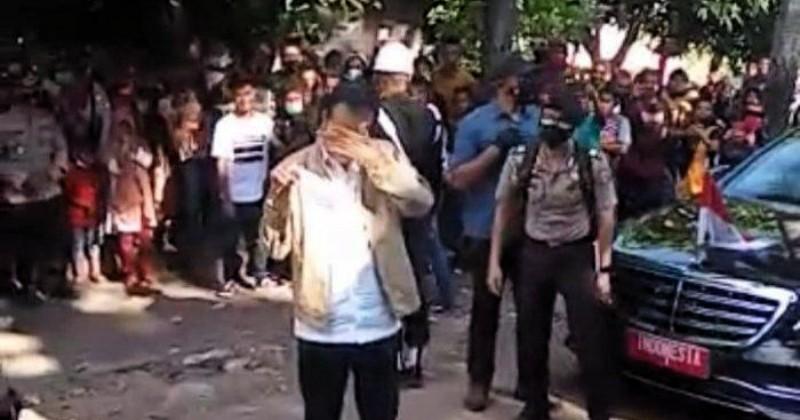 Terharu, Presiden Jokowi Menangis Saat Berkunjung ke Adonara