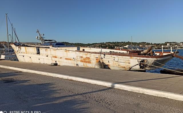 Να απομακρυνθεί το σαπιοκάραβο από το λιμάνι του Πορτοχελίου ζητάει ο Τ. Τόκας